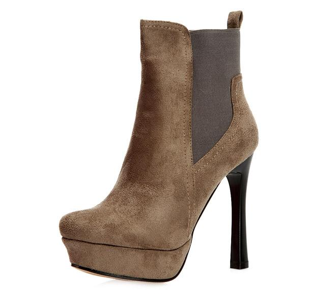 Kıyafetinizi bu platform botlarla tamamlayabilirsiniz. Kate Moss gibi siz de botunuzu pantolon üzerine kullanmayı unutmayın