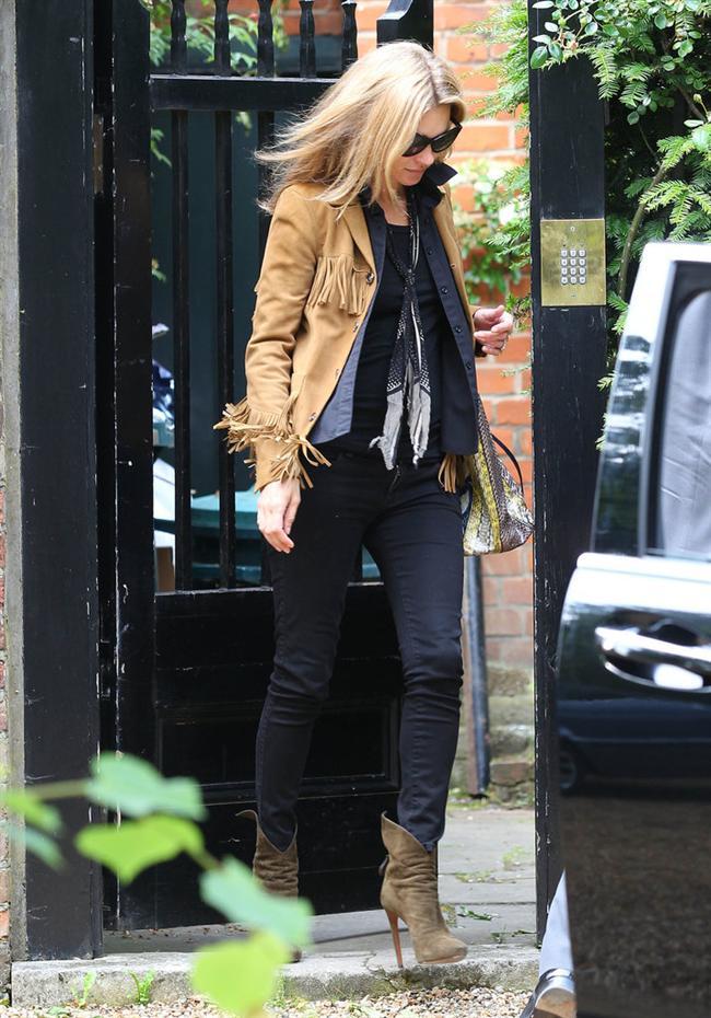 """Bu hafta """"Kim Ne Giydi?"""" bölümünde bohem stiliyle Kate Moss'u ele aldık. İngiliz tarihinin en büyük süpermodeli Moss, evinden çıkarken belki de ilk defa stilettoları olmadan görüntülendi... Ünlü model taba rengi ceketi ve yılan derisi çantasıyla bohem ama şık bir hava yakalamış. Galerimiz içerisinden Kate Moss 'un üzerindeki kıyafet ve aksesuarları satın alarak siz de aynı stili yakalayabilirsiniz. Hadi sizin için seçtiğimiz parçalara bir göz atın..."""