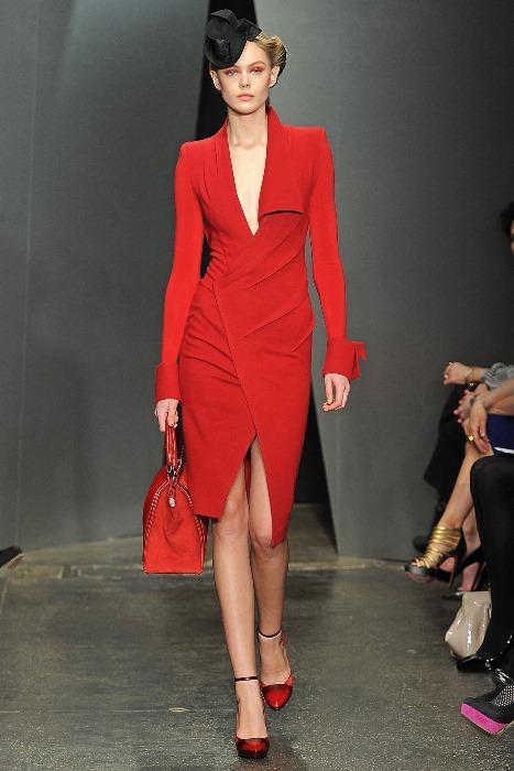 Asimetrik kesimli kırmızı elbise