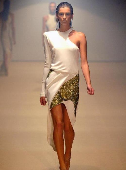 Asimetrik kesimli sim detaylı beyaz elbise
