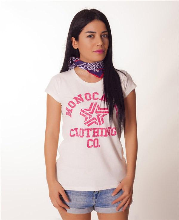 Pembe yazılı baskılarla tasarlanan bu tişört birçok alt giysi ile kullanılabilir