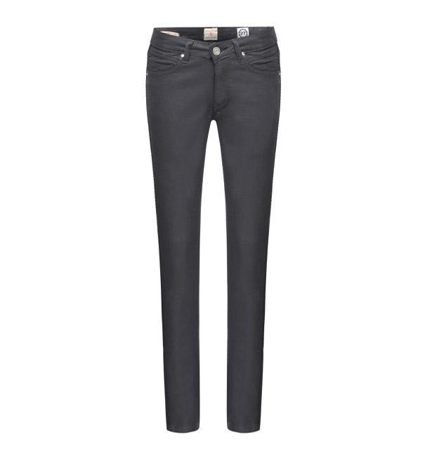 Tüm sezonların vazgeçilmez trendlerinden olan denim pantolon, stilinize smart casual bir duruş getirecek