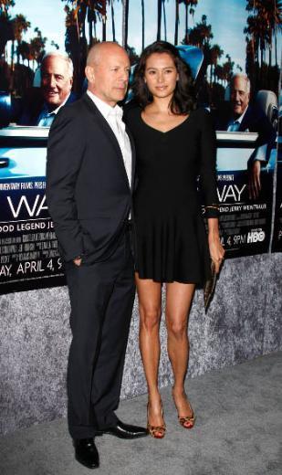 Bruce Willis'in Demi Moore'dan sonra evlendiği Emma Hemmings arasında 23 yaş fark var.
