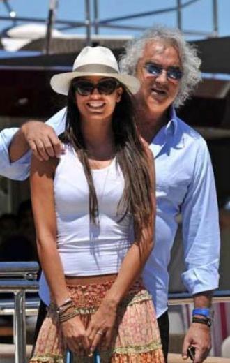 Flavio Briatore tam 58 yaşındayken 30'lu yaşlarının başındaki Elisabetta Gregoraci ile evlendi. Çiftin evliliği mutlu bir şekilde sürüyor.