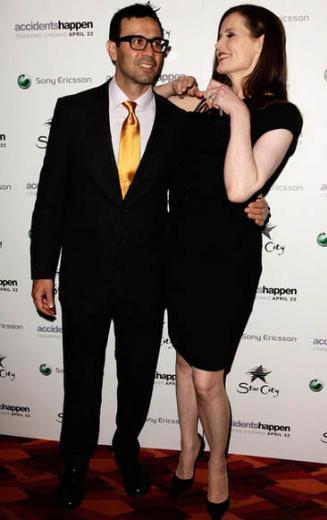 1956 doğumlu Geena Davis'in eşi doktor Reza Jarrahy ünlü oyuncudan 15 yaş daha genç.