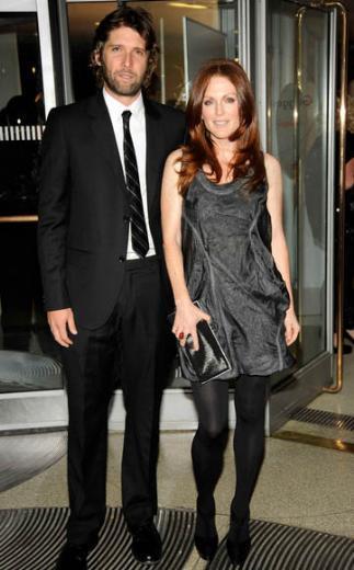 Julianne Moore ve kocası Bart Freundlich'ten 10 yaş daha büyük.