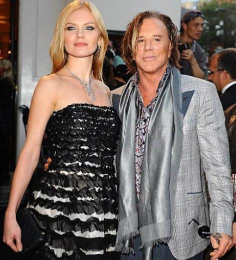 Aktör Mickey Rourke 57 yaşındayken 24 yaşındaki Rus manken Elena Kuletskaya ile nişanlanmıştı.