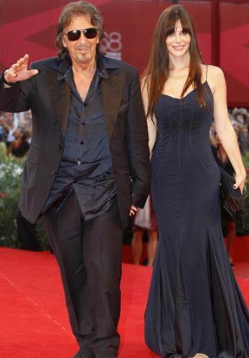 Hollywood'un eski tüfek aktörlerinden Al Pacino kendisinden 40 yaş küçük sevgilisiyle aşkın tadını çıkarıyor. Pacino 73, sevgilisi ise 34 yaşında.