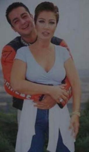 Sayan 33 yaşındayken kendisinden 10 yaş genç Soner Yapcacık ile nişanlandı.