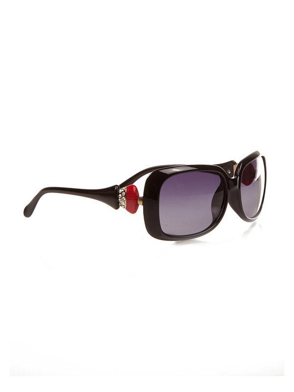 Siyah güneş gözlüğü ile stilinize hava katabilirsiniz