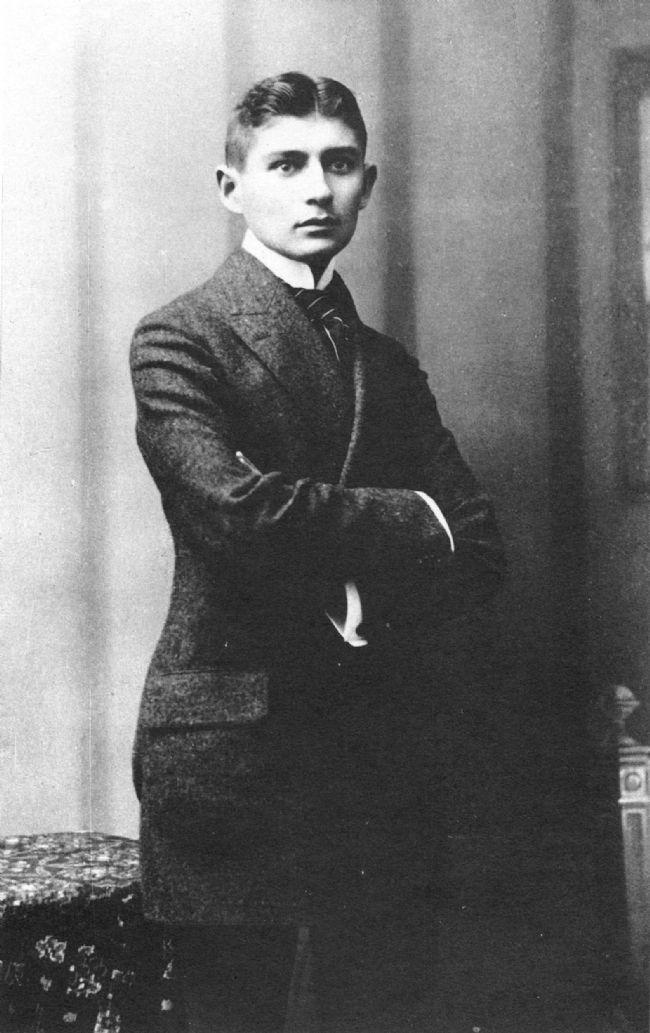 Franz Kafka-Felice Bauer, Milena Jesenska ve Dora Dymant İlk büyük aşkı Felice Bauer'di. Hayatı boyunca onunla iki kere nişanlandı. Ve beklendiği gibi mektuplaşmakten öte bir ilişkileri olmadı. Mektuplaştığı dört kadın arasında en ciddi ve önemli olanın Milena Jesenska'ydı. Milena'yla mektuplaşmaları önce bir arkadaşlık gibi başladı, daha sonra tutkulu bir aşka dönüştü. Fakat Milena evli olduğundan bu mutsuz ve imkansız aşkı Kafka'yı derin acılara sürükledi. Mektuplaştıkları üç yıl boyunca sadece iki üç kez görüşebildiler ve bu görüşmeler Kafka'yı üzmekten başka bir işe yaramadı, yine de onun yaratıcılığını olumlu yönde etkilediği rahatlıkla söylenebilir. Daha sonraları edebiyat tarihinin güzide eserlerinden biri sayılacak olan Milena'ya Mektupları'da Kafka şöyle dile getirir durumun; ''En çok seni seviyorum diyorum ama gerçek sevgi bu değil sanırım, sen bir bıçaksın, ben de durmandan içimi deşiyorum o bıçakla dersem, gerçek sevgiyi anlatmış olurum belki…'' Milena bu mektupları 1939 yılında yayınlaması için yakın arkadaşı Willy Haas'a verdi ve kendini 17 Mayıs 1944'te Almanya'da toplama kampında öldü. Kafka kısa yaşamında üç kez nişanlanmış ama hiç evlenmemişti. Aşkı ise ancak yaşamının son yıllarında beraber olduğu Polonya Musevisi  Dora Dymant'ta buldu. 1923 yılında Baltık kıyılarında bir sayfiye merkezinde tanışan çift, Kafka'nın veremden ölümüne kadar ancak iki yıl birlikte olabildi. Tutucu bir Musevi aileden gelen Dora, gençlik yıllarında ailesini terk edip Avrupa'yı gezmeye başlamıştı. Yalnızlığı ve mutsuzluğu iyi tanıyan bir kadın olarak Kafka'ya aradığı dostluğu ve iyi bildiği Musevi geleneğini verdi. Dostlarının ve ailesinin anlattığına göre, yoksulluğa rağman Kafka, yaşamının en mutlu dönemini de Dora'yla geçirdi. Hastalığı sırasında Kafka'nın yanından ayrılmayan Dora, büyük bir aşkla bağlandığı sevgilisini asla unutmadı.