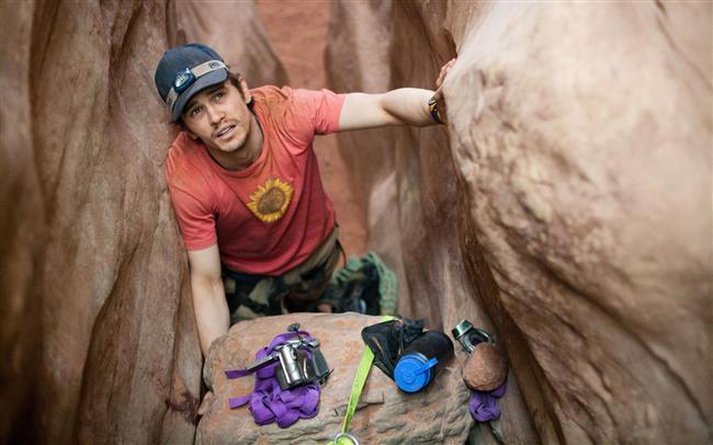 127 Hours - 127 Saat  Dağcı Aron Ralston'un başından geçenlerin gerçek hikayesi... Genç bir dağcı olan Aron, Utah yakınlarında büyük bir kaya parçasının arasına sıkışır. 5 gün boyunca kolu kayaya sıkılmış, susuz ve aç kalan Aaron, arkadaşlarını, sevgilisini (Clémence Poésy), ailesini ve yolda kazadan tam önce karşılaştığı iki dağcı kızı (Amber Tamblyn ve Kate Mara) hatırlamaktadır. 5 gün boyunca yaralı halde sıkışıp kalma hali ve içsel sorunlarıyla karşılaşmak zorunda kalan Aaron aynı zamanda cesareti ve kendisini metrelerce derinlikteki bu beladan kurtarmaya yarayacak tüm yönleriyle de yüzleşir. Hayatı için bir çeşit tuzağa dönüşen bu olayda Aron, soğukkanlı olması gereken şoke edici bir çözüm yolu bulur.