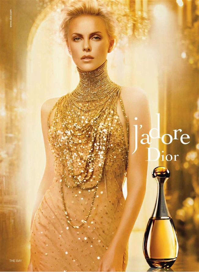 Christian Dior- Jadore  Bir kadının hayatındaki en önemli günlerinde, ona hep bir buket çiçek eşlik eder. J Adore, Dior'un kadınlara sunduğu kocaman bir çiçek buketi; ışıltılı, neşeli, cesur ve tutkulu. Hindistanda yetişen bir cins manolyanın egzotik kokusundan, Fransız menekşesine kadar pek çok çiçek kokusundan oluşturulmuş bir buket.
