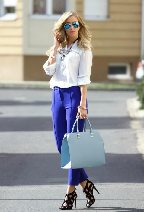 Başak  Düzene önem veren Başak kadını, bunu kıyafetlerine de yansıtmayı sever. Tek renkleri tercih eden Başaklar için baharın canlı renklerinden mavi bir pantolon ve beyaz renkte gömlek ile muhteşem bir uyum sağlayabilirler.
