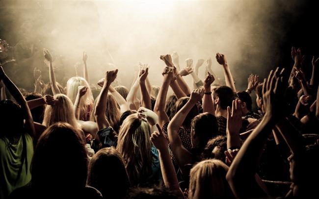 12-Sevdiğiniz bir şarkıcının konserini en önden izleyin ve beraber fotoğraf çektirin.