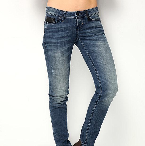 Skinny kesim, düşük bel, dar paça kot pantolon