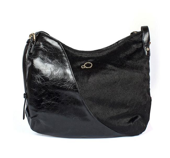 Parlak deseni ile çizmenizle birlikte rahatlıkla kullanabileceğiniz siyah çanta