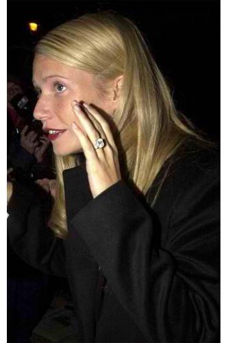 Gwyneth Paltrow  Chris Martin, teklifini 2003 yılı başlarında çift bantlı Asscher kesilmiş elmas bir yüzükle etti.