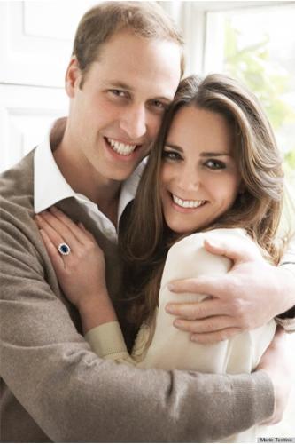 Kate Middleton  Prens William annesi Prenses Diana tarafından takılmış aynı yüzük ile Kate Middleton'a evlenme teklif etmişti. Kate Middleton'ın yüzüğü; 18 ayar beyaz altın ve mavi safir.