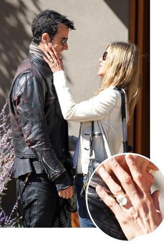 Jennifer Aniston  Jennifer nişan yüzüğüyle ilk kez görüntülendi! Ünlü çift Ağustos ayında nişanlanacaklarını duyurdu.