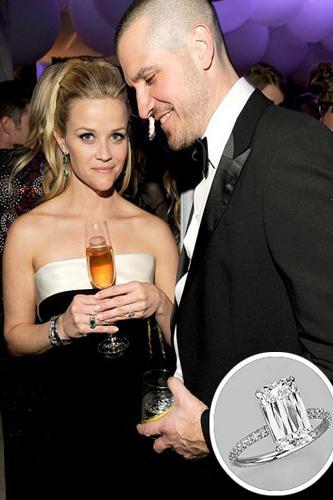 Reese Witherspoon  Reese, Aralık 2010'da Jim Toth ile nişanlanmıştı. Jim Toth ona muhteşem, dört karat yüzüğünü hediye etti.