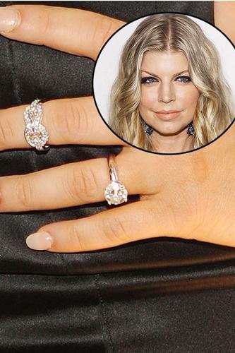 Fergie  Josh Duhamel, kız arkadaşı Fergie'ye aralık 2007'de klasik yuvarlak kesim elmas yüzükle evlenme teklif etmişti.
