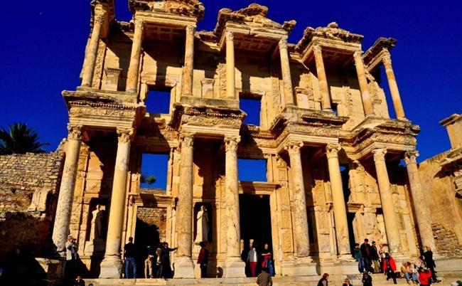Efes  Efes antik kentinden Balçova kaplıcalarına çok özel bir gezi planlayabilirsiniz. Gezinizin üzerine tatlı mahiyetinde Meryem Ana Evi, Kültür park, Kadife Kale ve ünlü saat kulesini görebilirsiniz.