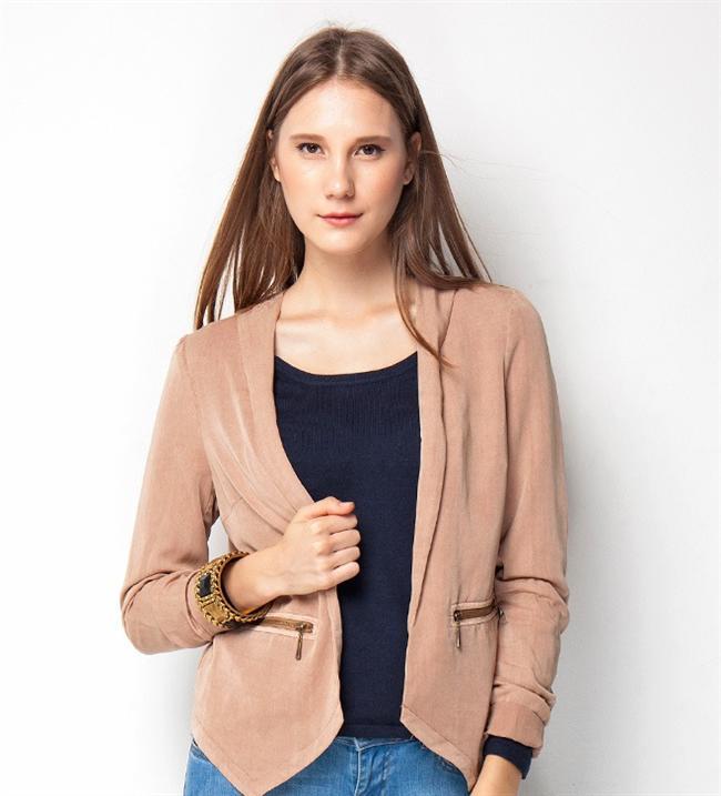 Hafif taşlanmış görünümü ve fermuarlı yan cepleriyle bu somon ceket sizi oldukça şık gösterecek