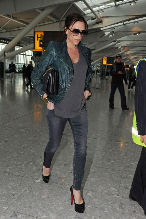 """Bu hafta """"Kim Ne Giydi?"""" bölümünde son dönemin moda ikonu Victoria Beckham'ı ele aldık. Londra'nın Heathrow Havaalanı'nda gördüğümüz ünlü oyuncu; yeşil deri ceket, skinny kot pantolon, siyah rugan Christian Louboutin ayakkabıları ve kendi koleksiyonundan omuz çantasıyla zahmetsiz bir şıklık yakalamış. """"Deri ceketler, skinny pantolonlarla giyilmelidir"""" sözünün büyük bir örneğini sunan Beckham'ın üzerindeki kıyafet ve aksesuarları satın alarak siz de aynı stili yakalayabilirsiniz. Hadi sizin için seçtiğimiz parçalara bir göz atın..."""