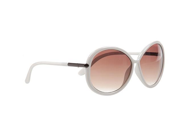 Aksesuar olarak beyaz kemik çerçeveli bu güneş gözlüğünü tercih edebilirsiniz