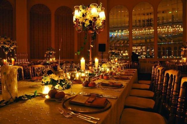 Conrad İstanbul  Unutulmayacak bir düğün için bir başka adresiniz de Conrad İstanbul. Otelin deneyimli organizasyon ekibi ayrıcalıklı desteği ile düğün sahiplerine kendilerini özel hissettiriyor, rahatlamalarını sağlıyor. Sütunsuz, modern ve göz kamaştıran dekorasyonu ile oldukça geniş bir balo salonuna sahip otelde düğünlerde 750 kişiye kadar davetli ağırlanabiliyor. Salonun otelin girişinden ayrı bir yerde olması, geniş bir fuaye alanı da Conrad'ın lüksü ile birleşip konuklara eşsiz bir konfor sunuyor.  Adres: Cihannuma Mah. Saray Cd. No:5 Beşiktaş İstanbul Tel: 212 310 25 25