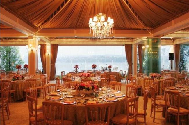 Sait Halim Paşa Yalısı  Sizi kendi düğününüzde misafir olarak hissettirecek deneyimli bir kadroya sahip olan Yeniköy'deki yalının Boğaziçi manzarası da paha biçilmez bir güzellik sunuyor. Boğaz'ın görkemiyle ışıldayan yalıda karşılama kokteylinin ardından leziz bir düğün yemeği, enfes bir düğün pastası, süit balayı odasında konaklama ve ertesi gün harikulade bir kahvaltı evliliğinizin ilk gününü adeta taçlandıracak. Hayalinizdeki bir düğün için bir başka adres de Sait Halim Paşa Yalısı.  Adres: Köybaşı Cad. No:83 Yeniköy İstanbul Tel: 212 223 05 66