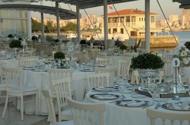 Moda Deniz Kulübü  Moda Deniz Kulübü, eşsiz konumu ve farklı mekanları ile nişan, düğün, iş toplantısı ve benzeri tüm seçkin davetlerin ilk adreslerinden biri. 76 yıllık deneyimi ve kuruluşundan bugüne sürekli geliştirdiği hizmet kalitesiyle, Moda Deniz Kulübü hem nefis manzarası hem de lezzetli yemekleriyle Anadolu Yakası'nın en güzel düğün mekanlarından biri.  Moda Caddesi, Ferit Tek Sokak, No:1 34710 Moda-Kadıköy, İstanbul Tel: 0216 346 90 72 /4 Hat