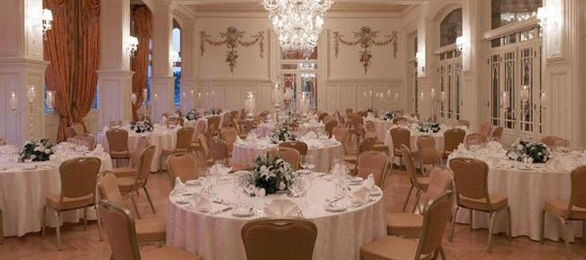 Pera Palace Hotel  Otelin nostaljik, kendine özgü atmosferinde yapılan düğünler, hafızalardan kolay kolay silinmiyor. Düğün organizasyonları ; seçkin menü alternatifleri, zarafet içeren süslemeler ve hassas detaylar düşünülerek tasarlanıyor. 220 kişilik düğünlere ev sahipliği yapan, son derece kaliteli adreste, evlendiğiniz gün aynı zamanda hayatınızın en mutlu günü olacak. Pera Palace Hotel, yüz yılı aşkın tarihiyle düğün törenleri için kesinlikle anlamlı bir yer.  Adres:  Meşrutiyet Cad. No.52 Tepebaşı Beyoğlu Tel: 212 377 40 00