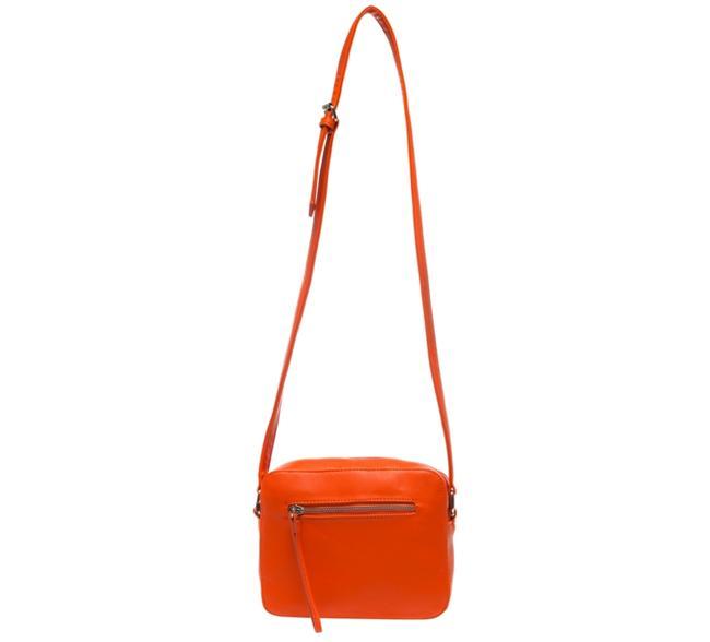 Postacı turuncu çanta