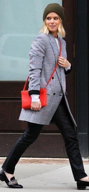 """Bu hafta """"Kim Ne Giydi?"""" bölümünde 31 yaşındaki dizi yıldızı Kate Mara'yı ele aldık. New York sokaklarında yürüyüş yaparken görüntülenen ünlü oyuncu boyfriend tarzıyla dikkat çekti. Zincir süslemeli ayakkabıları, yeşil beresi ve oversized ceketi ile maskülen bir şıklık yakalayan Kate Mara'nın üzerindeki kıyafet ve aksesuarları satın alarak siz de aynı stili yakalayabilirsiniz. Hadi sizin için seçtiğimiz parçalara bir göz atın..."""