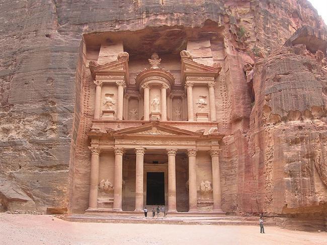 Ürdün  Tarihe ve krallıklara meraklıysanız Ürdün'ün Nisan ayında ziyaret edilecek en iyi ülke olduğunu söyleyebiliriz. Yıllanmış sokakları ve efsanevi Petra'yı bu mevsimde ziyaret edebilirsiniz.