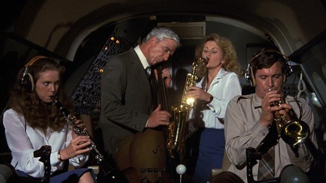 Komedi filmlerinden hoşlanıyorsanız, dünyaca ünlü bu başyapıtları arşivinize eklemeyi unutmamalısınız. İşte sizin için seçtiğimiz gelmiş geçmiş en komik filmler serisi!  Uçak! - Airplane!
