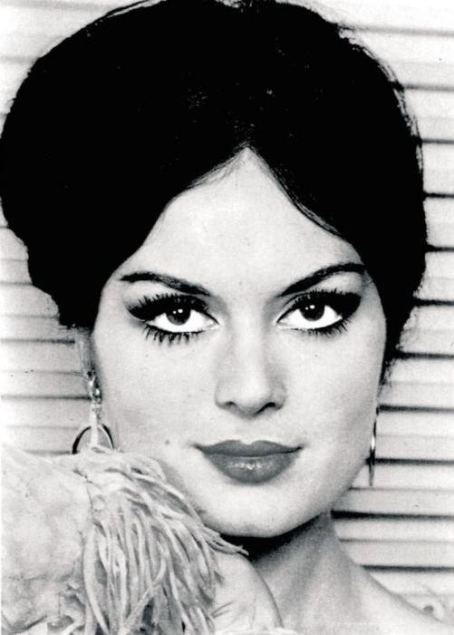 Türk sinemasının gelmiş geçmiş en güzel kadını için yapılan araştırmaların, ilk sırada Türkan Şoray'ı gösterdiğini artık hepimiz biliyoruz. Ancak Yeşilçam'ın unutulmayan ve bir dönem güzellikleriyle baş döndüren birbirinden güzel yıldızlara ev sahipliği yaptığını da unutmamak için, Türk sinemasının en beğenilen kadınlarını derledik...  İşte sırasıyla Yeşilçam'a bir dönem damga vuran en güzel yıldızlar...  Türkan Şoray