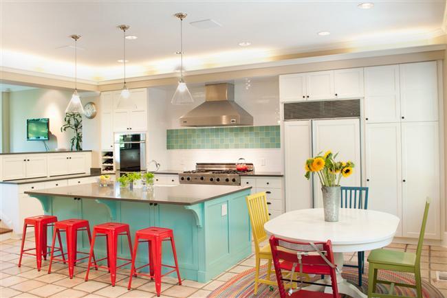 Mutfağınızı yenilemek gibi bir niyetiniz varsa ve tercihiniz son trendlerden yanaysa önerilerimiz tam size göre... Modern bir mutfağa sahip olmak istiyorsanız, öncelikle bir renk seçerek işe başlayabilirsiniz. Yılın en trend neon renleriyle capcanlı ve son derece enerjik bir mutfak yaratabilirsiniz.  İşte sezonun en trend renkli mutfak dekorasyonları...