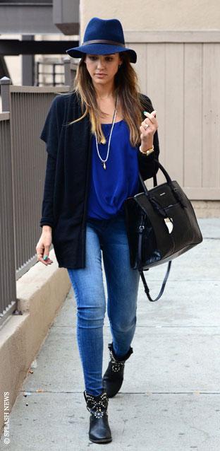 """Bu hafta """"Kim Ne Giydi?"""" bölümünde Hollywood güzellerinden Jessica Alba'yı ele aldık. New York sokaklarında yürüyüş yaparken görüntülenen ünlü oyuncu rock'n'roll tarzıyla dikkat çekti. Çivi süslemeli botları, mavi fötr şapkası ve geniş omuzlu hırkası ile rahat bir şıklık yakalayan Jessica Alba'nın üzerindeki kıyafet ve aksesuarları satın alarak siz de aynı stili yakalayabilirsiniz. Hadi sizin için seçtiğimiz parçalara bir göz atın..."""