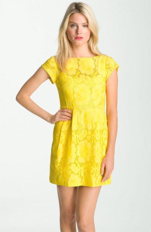 Dantel desenli sarı elbise