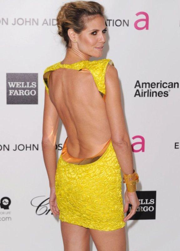 Sırt dekolteli ve gül detaylı sarı elbise