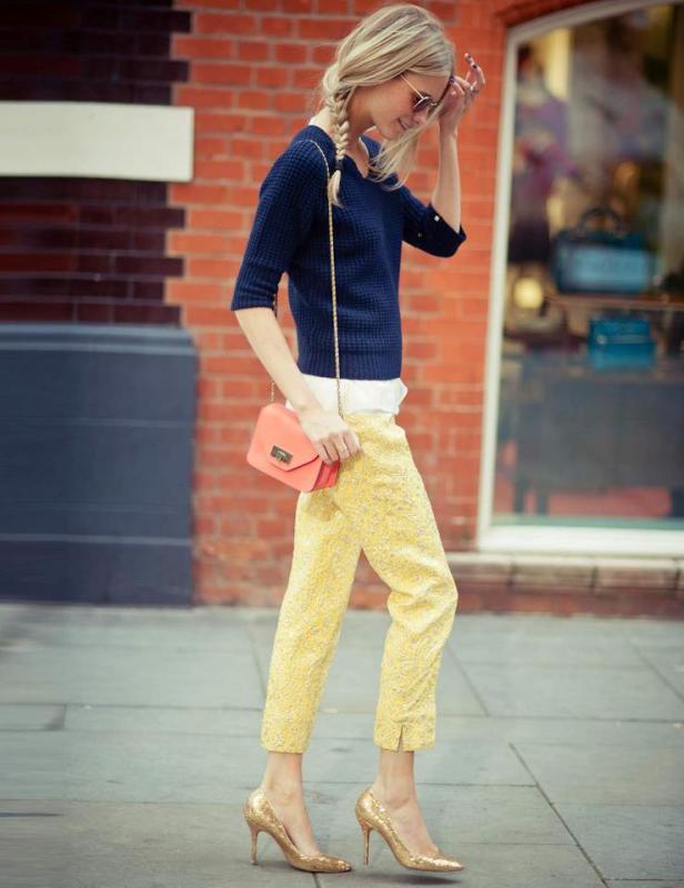 Çiçek detaylı sarı pantolon