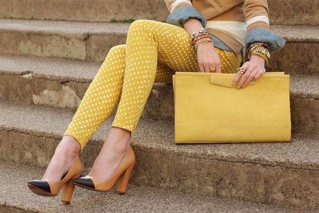 Puantiyeli sarı pantolon ve portföy çanta