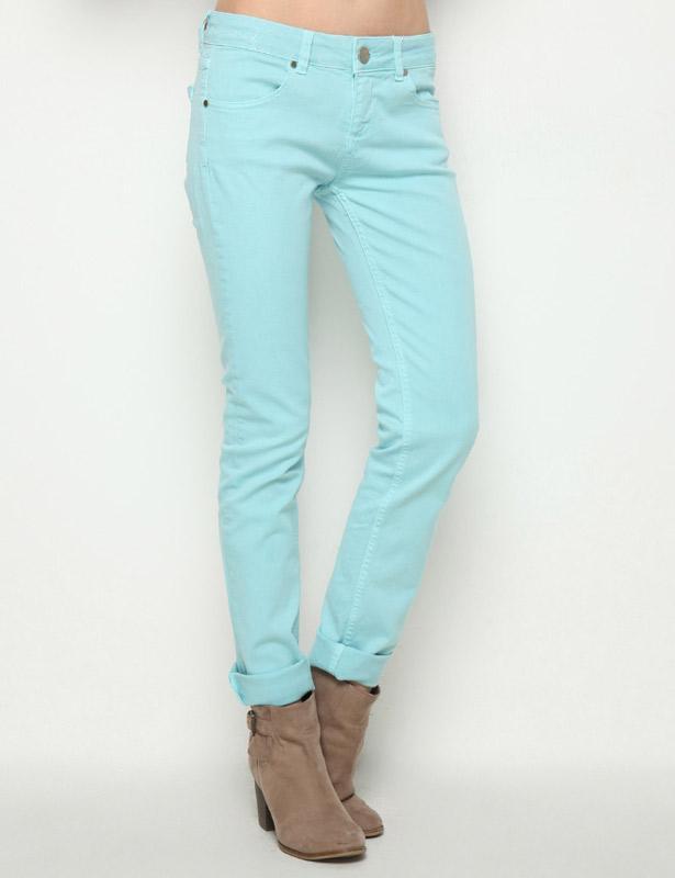 Turkuaz rengi bu pantolonu dilerseniz; bu senenin trendine uygun, paçalarını kıvırarak kullanabilirsiniz