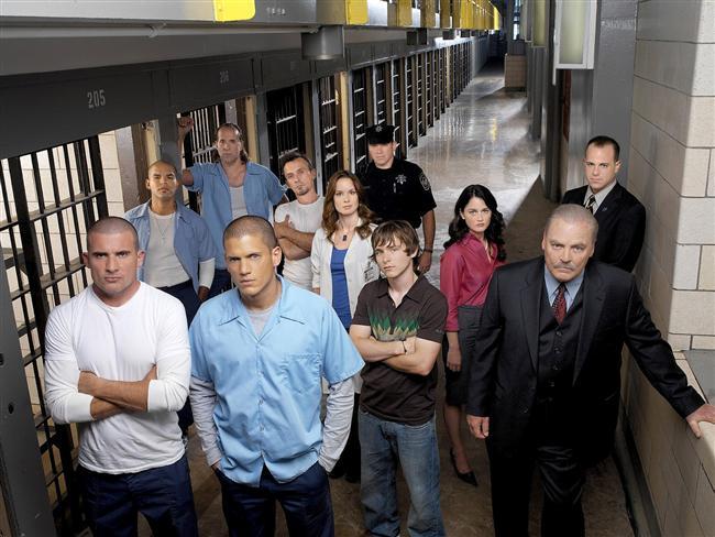 PRISON BREAK (BÜYÜK KAÇIŞ)  Bir inşaat mühendisi olan Michael Scofield, Başkan Yardımcısı'nın kardeşini öldürmek suçuyla idam cezasına çarptırılan ağabeyi Lincoln Burrows'u kurtarmak için tüm yasal yolların tükendiğini fark edince işi kendisi halletmeye karar verir ve kusursuz bir hapisten kaçış planı hazırlar. Ardından göstermelik bir banka soygunu düzenler ve cezaya çarptırılır. Sağlık sorunlarını bahane eden Michael, ağabeyinin bulunduğu Fox River Eyalet Hapishanesi'ne gönderilir. Michael, içeride beklenmedik durumlarla karşılaşır ve ağabeyini kaçırmak için girdiği hapishaneden 7 kişiyi daha kaçırmak zorunda kalır. Bu sırada planlarını hayata geçirmek için revir doktoru Sara Tancredi'yi ve hapishane müdürü Henry Pope'u kullanır. Michael, Sara'ya aşık olur. Michael'ın kaçış planını azılı gardiyan şefi Brad Bellic zora sokmaktadır. İlk bölümü 29 Ağustos 2005 tarihinde yayınlanmıştır.