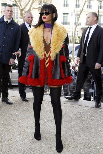 1'inci sırada Nigella Lawson yer alırken, 2'nci sırada Rihanna Paris'te Miu Miu moda defilesinde tanıttığı Dior'un kırmızı mantosu ile giydiği gömlek ve giysiyle dikkat çekti.