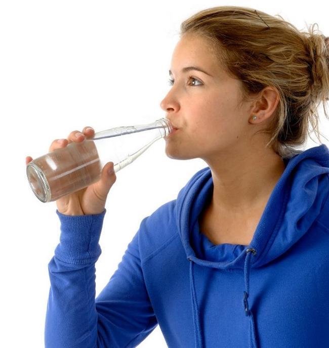 • Maden suyu, doğanın cildinize armağanıdır. Günde mutlaka iki şişe tüketin. Maden suyunu cildinize de uygulayabilirsiniz. Doğal mineral kaynağı olan maden suyu, cildinizi hem içten hem dıştan besleyen en doğal maddelerdendir.