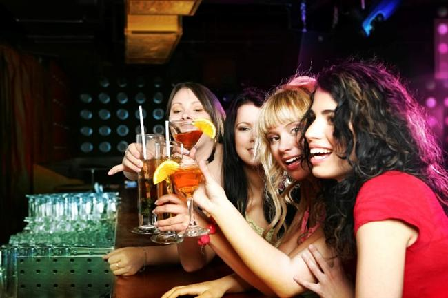 • Alkol tüketim sıklığını ve miktarını mutlaka kontrol altına alın. Şu bir gerçek ki cildinizde şişede durduğu gibi ışıltılı durmuyor! Vücudunuza yaşattığı su kaybıyla cildinizi biraz daha yaşlandırıyor. Alkol alırken mutlaka su tüketimine özen gösterin. Her bir kadeh için bir bardak su için. Hem sağlığınız, hem de cildiniz için 25 gram alkolün üzerine çıkmayın. 25 gram alkol, 200 ml şarap, 50 ml viski, votka, rakı ve 500 ml bira anlamına gelir. Haftada en fazla iki-üç gün alkol tüketimi cildiniz ve sağlığınız açısından doğru bir seçimdir.